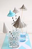 Selbstgebastelte Papierschirmchen als Partydeko für Trinkgläser
