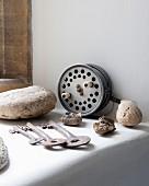 Auf gemauerter Ablage Vintage Schlüssel und Fossilien Fundstücke