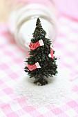 Mini-Tannenbäumchen als weihnachtliche Tischdeko