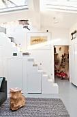 Unter Treppenaufgang ausgebauter Stauraum in einem Hausboot