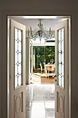 Offene Flügeltür mit Bleiverglasung und Blick auf elegantem Marmorboden, im Hintergrund Essplatz