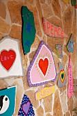 Steinwand mit bunten Bildern im Hippie-Stil