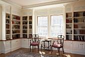 Elegante Bibliothek mit edlem Stuck