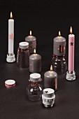 Weihnachtliche Kerzenständer aus umgedrehten Gläsern und Lampenfassungen