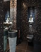 Schimmernde Gästetoilette mit edlem braun-schwarzem Mosaik, Buddha-Figur und Standwaschbecken