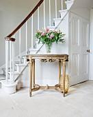 Vergoldeter Konsolentisch in klassizistischem Stil im Foyer mit Treppenaufgang