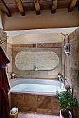 Rustikal modernes Bad mit Holzbalkendecke, eingebaute Badewanne mit Steinfliesen auf Frontwand