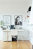 Skandinavischer, weisser Schichtholzstuhl an Schreibtisch mit Schubladencontainern