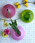 Vasen in Pink und Grün als kultige Dekoobjekte im Fiftiesstil