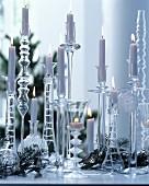 Sammlung von Glaskerzenleuchtern als stimmungsvolle Weihnachtsdekoration