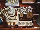 Sammlung verschiedener Gegenstände auf einem Spiegeltablett