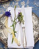 Gedeck mit Wiesenblumen zum Mittsommerfest