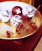 Goldene Schale als Weihnachtsdeko mit Beerenzweig & Dekokugeln