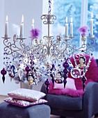 Kronleuchter mit Kerzen & üppig behängt mit weihnachtlichem Glasschmuck