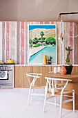Inspirations for the kitchen: Desert-look kitchen with a kitchen wall made of multi-colored wooden panels