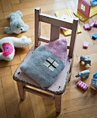 A knooked, house-shaped cushion – knitting with a hook