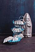 Kleine Metall-Briocheformen als Verpackung für den Adventskalender