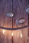 Radspeiche mit Briocheförmchen, Lichterkette & Weihnachtskugeln verziert