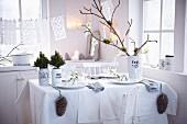 Winterlich gedeckter Tisch in Weiss