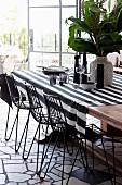 Grafischer Mustermix am Esstisch mit gestreifter Tischdecke