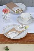 Kaffeetasse und Kuchenteller auf weißem Tischläufer