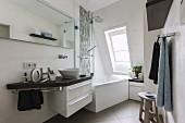 Kleines, komfortables Badezimmer mit Whirlpool Badewanne unter Dachschräge