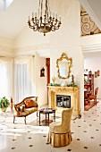 Sitzbereich in edlem traditionellem Ambiente mit Kronleuchter, Antikmöbel und Goldrahmenspiegel