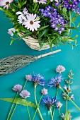 Blumenkorb mit Kornblumen, Salbei- & Schnittlauchblüten, Bornholmer Margeriten & Wandelröschen
