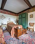 Kunstvoll gestaltetes Gästezimmer mit umlaufendem Wandfries