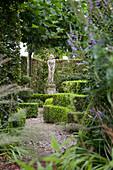 Skulptur in einem Garten mit Formschnitt
