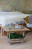 Alter Holzbierkasten mit verleimter Tischplatte und Glasauflage als Beistelltisch