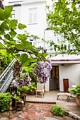 Begrünter Hinterhof mit blühendem Flieder