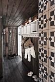 Rustikaler Flur mit dunklen Brettern an Boden, Decke und Wänden