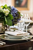 Elegant gedeckter Tisch mit Hortensien für ein festliches Abendessen