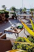 Outdoormöbel auf mediterraner Terrasse mit Holzdielenboden
