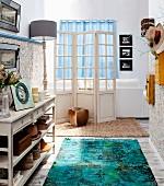 Romantisch nostalgischer Flurbereich mit Vintage-Flair, Blick auf naturweißen Paravent vor Couchrückseite und Wohnbereich