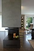 Moderner Gaskamin mit Vasen in elegantem Wohnraum