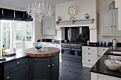 Freistehende Küchenblock mit integriertem, rundem Schneideblock mit Arbeitsplatte aus Walnussholz in Landhausküche
