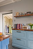 Landhausküche mit hellblauen Fronten und Arbeitsplatte aus Walnussholz