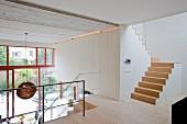 Galerie mit Treppenaufgang, Blick über Geländer in zeitgenössischem Loft