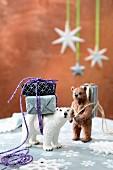 Kleine Geschenke auf Bären-Figuren geschnürt