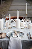 Rustikal gedeckter Tisch mit Naturmaterialien