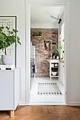 Blick in die Küche mit Backsteinwand