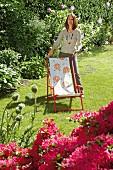 Frau mit aufgemöbeltem Liegestuhl im Garten