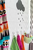 Grafische Muster und bunte Farben im Badezimmer