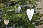 Weihnachtsschmuck an Tannenbaum aufgehängt