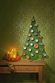DIY-Adventskalender aus Metalldosen an stilisiertem Weihnachtsbaum