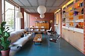 Wohnzimmer in einem Fabrikloft mit Backsteinwand