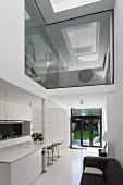 Offener Wohnbereich mit moderner Architektur
