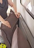Rückenkissen und Bettkopfteil mit Reissverschluss verbunden